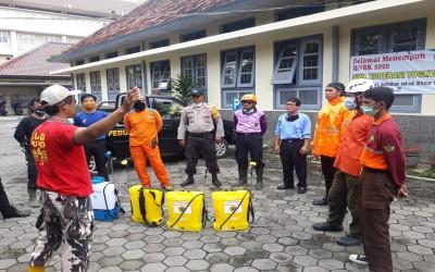 Bekerja Sama dengan Pramuka Peduli Jogja SMK Koperasi Yogyakarta Kembali Melakukan Penyemprotan Disinfektan